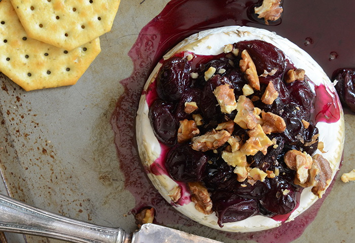 Запеченный Бри с виноградом и грецкими орехами